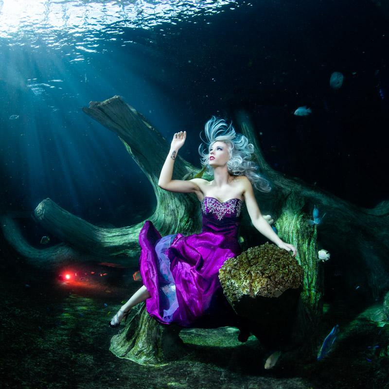 Unterwassermodel Mermaid Kat beim Fotoshooting unter Wasser