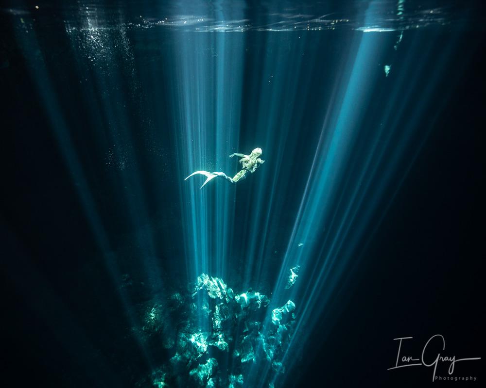 Meerjungfrau Kat schwimmt in Mexiko