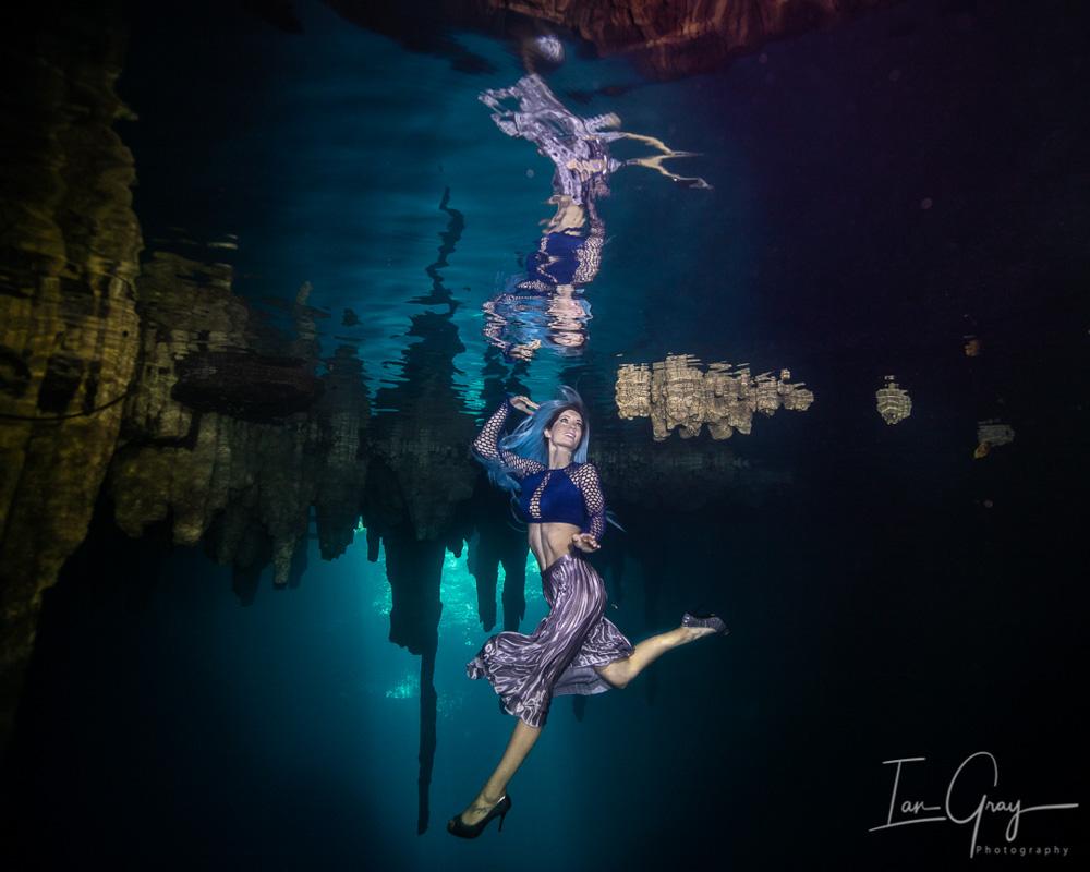 Unterwassermodel Katrin Gray in einer Höhle in Mexiko