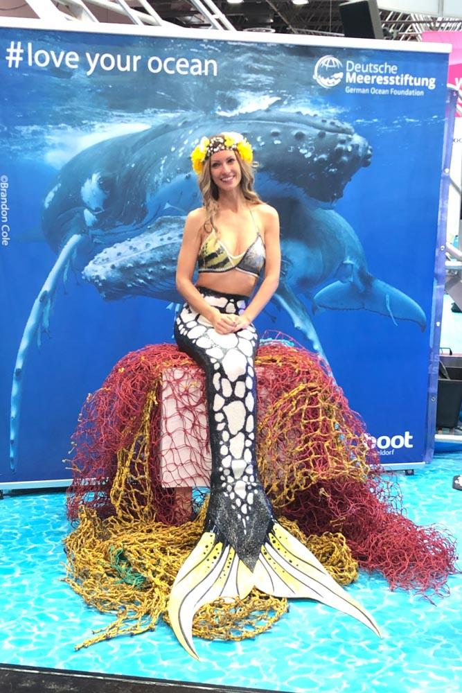 Meerjungfrau Mermaid Kat unterstützt die Deutsche Meeresstiftung