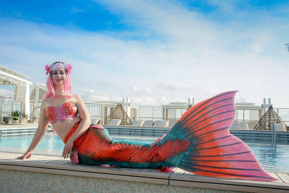 Meerjungfrauen-Instruktorin Jessi unterrichtet Mermaidingkurse in der Mermaid Kat Academy