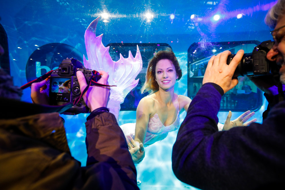 Mermaiding auf der Boot in Düsseldorf - Mermaid Kat verzaubert die Besucher