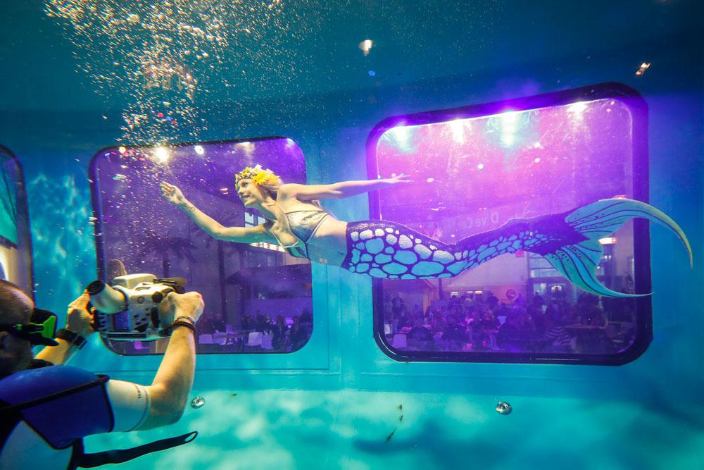 Mermaiding mit Meerjungfrau Kat in Düsseldorf auf der Boot