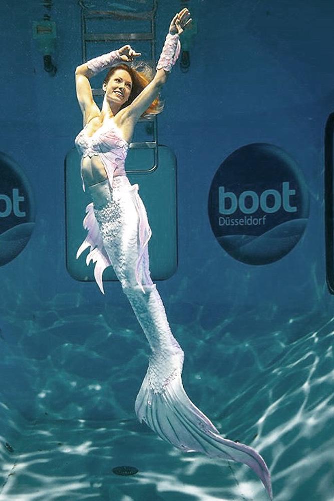 Unterwassermodel und Meerjungfrau auf der Boot in Düsseldorf