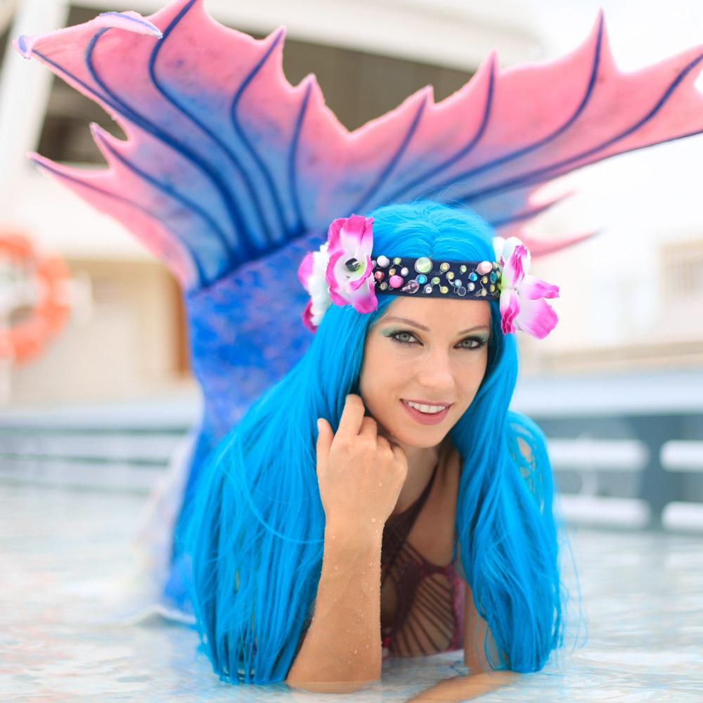 Meerjungfrau Mermaid Kat eröffnete die erste Meerjungfrauenschwimmschule