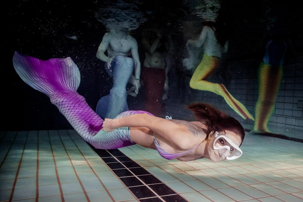 Das Schwimmen in Meerjungfrauenflossen ist auch für Erwachsene geeignet