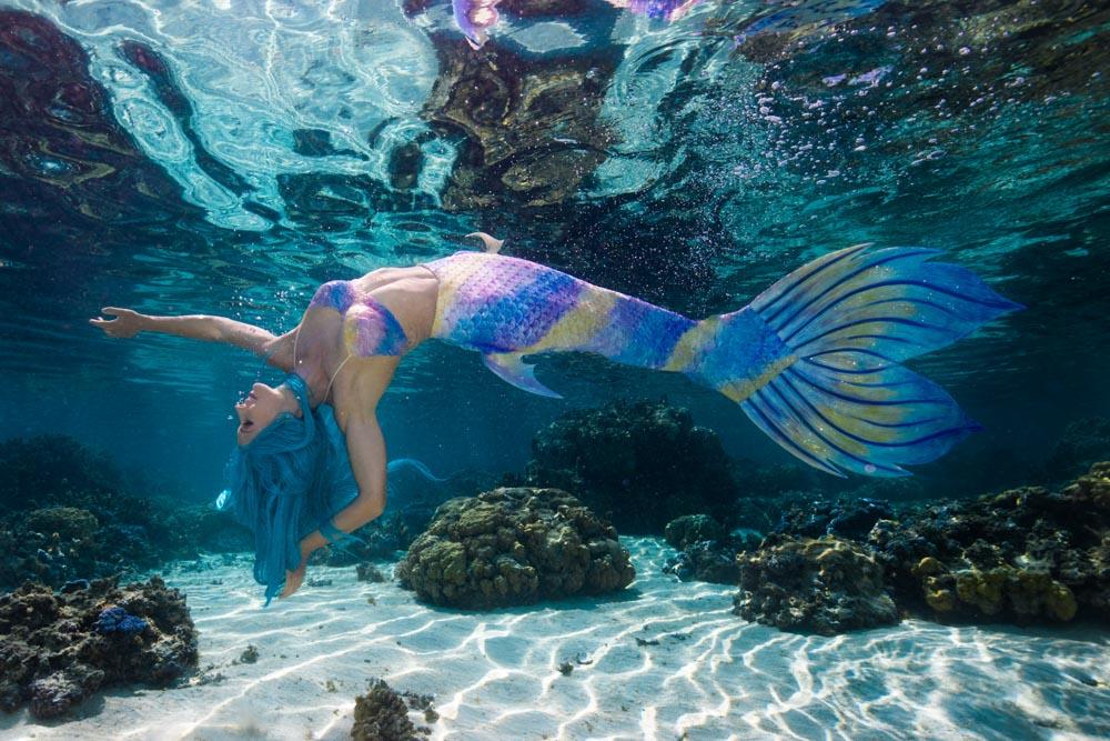 Das Schwimmen in Meerjungfrauenflossen ist toll